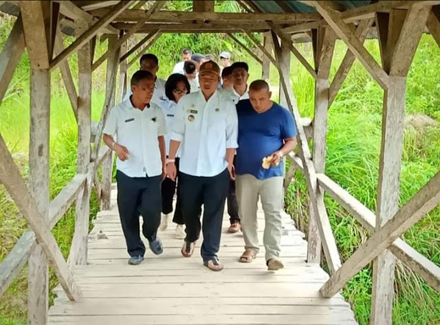 Bupati Taput Drs. Nikson Nababan, M.Si bersama Kadis PUPR Taput Ir. Anggiat Rajagukguk, MM. (Darwin Manalu)