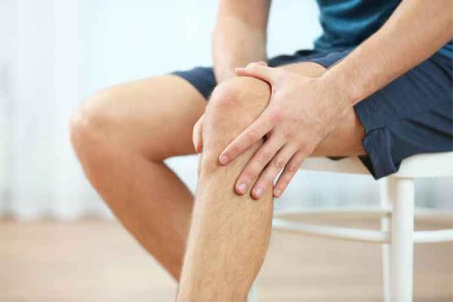 Cara Mengatasi Lutut Kopong   Lutut anda terasa kopong? Terdengar lutut yang berbunyi saat digerakkan, lutut kaku, ataupun nyeri pada lutut? Kalau iya, Anda harus tahu bagaimana cara mengatasi lutut Anda yang Kopong.      Di dalam dunia medis sebenarnya tidak dikenal istilah dengkul kopong atau lutut kopong. Istilah ini sering dikaitkan dengan gejala-gejala yang muncul pada lutut seperti lutut yang berbunyi saat digerakkan, lutut kaku, ataupun nyeri pada lutut.    Lutut kopong sebenarnya salah satu penyakit yang sering kali di sebabkan pengapuran lutut atau roda sendi kaki. Namun usia yang lebih tua sering rentan mengalami lutut kopong , penyakit lutut kopong juga banyak di derita oleh usia muda,baik wanita maupun laki laki.    Lutut kopong biasanya terjadi karena terkikisnya sendi di bagian lutut karena seringnya bergesekan secara berangsur angsur. Penyebabnya pun bisa bermacam macam, seperti pengapuran sendi, atau karena cedera, misalnya keseleo,saat berolahraga atau saat beraktifitas.    Adapun Gejala Yang Sering Terjadi Saat Lutut Kopong Diantaranya :    Kaku saat berjalan Sulit menggerakan lutut Kondisi lutut menjadi lemas Lutut tidak kuat menahan berat badan Warna kulit di bawah lulut menjadi merah Terdengar suara geretakan saat kita jongkok Hilangnya kesetabilan saat berdiri atau berjalan Suhu tubuh meningkat drastis atau demam panas Lutut yang membengkak secara tiba-tiba dan sakit.   Cara Mengatasi Lutut Kopong   Bila anda mengalami gejala-gejala seperti di atas pada lutut anda, sebaiknya periksakan diri anda ke dokter terlebih dahulu agar dapat dilakukan evaluasi lebih lanjut. Anda dapat memeriksakan diri ke dokter umum terlebih dahulu atau ke dokter ortopedi secara langsung. Dokter akan melakuakn pemeriksaan langsung terhadap lutut anda, serta merencanakan pemeriksaan tambahan seperti rontgen lutut ataupun MRI bila dicurigai adanya cedera jaringan lunak.    Berikut ini merupakan cara untuk mengatasi lutut kopong yang dapat Anda lakukan sendiri:  Kompres ar