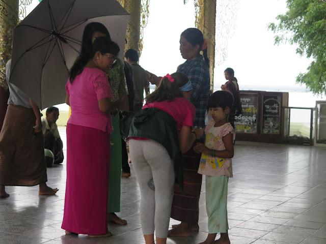 Macarena hablando con una niña en Bagan