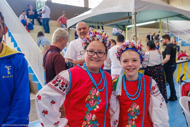 Meninas com trajes típicos da Ucrânia