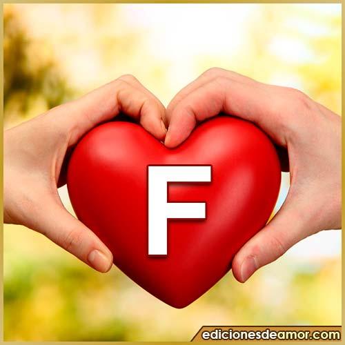 corazón entre manos con letra F