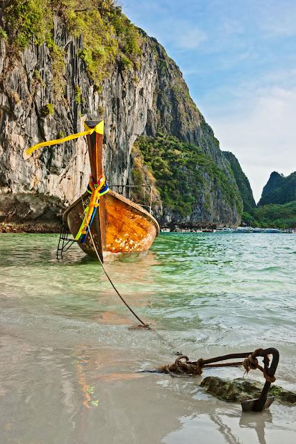 Традиционные длиннохвостые лодки в знаменитом заливе Майя Пхи-Пхи Лех