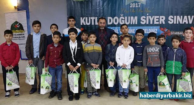 """DİYARBAKIR-Peygamber Sevdalıları Platformu tarafından 29 Ocak 2017 tarihinde """"O'nu Oku O'nu Yaşa"""" sloganıyla düzenlenen Kutlu Doğum Siyer Sınavında Diyarbakır'da dereceye giren toplam 190 kişiye çeşitli ödüller verildi."""