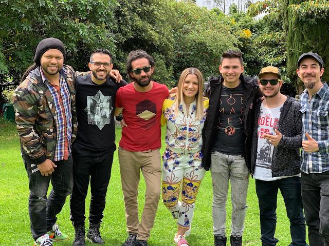Nathalie Hazim junto con sus músicos en Colombia