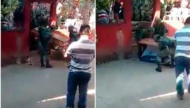VIDEO: Se les cae ataúd a militares de víctima de 'helicopterazo' en Oaxaca e abrió la tapa y el cuerpo rodó hasta el piso