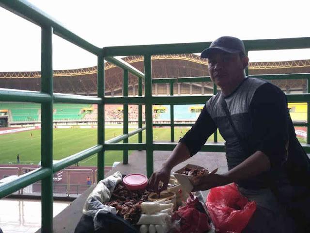 Pecinta Persipasi Cintai Sate Kikil di Stadion Patriot Candrabhaga
