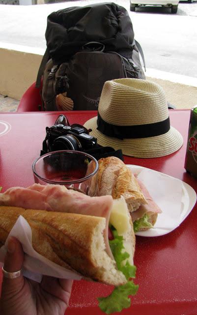 lanche, copo, máquina fotográfica e mochila de peregrino de Santiago