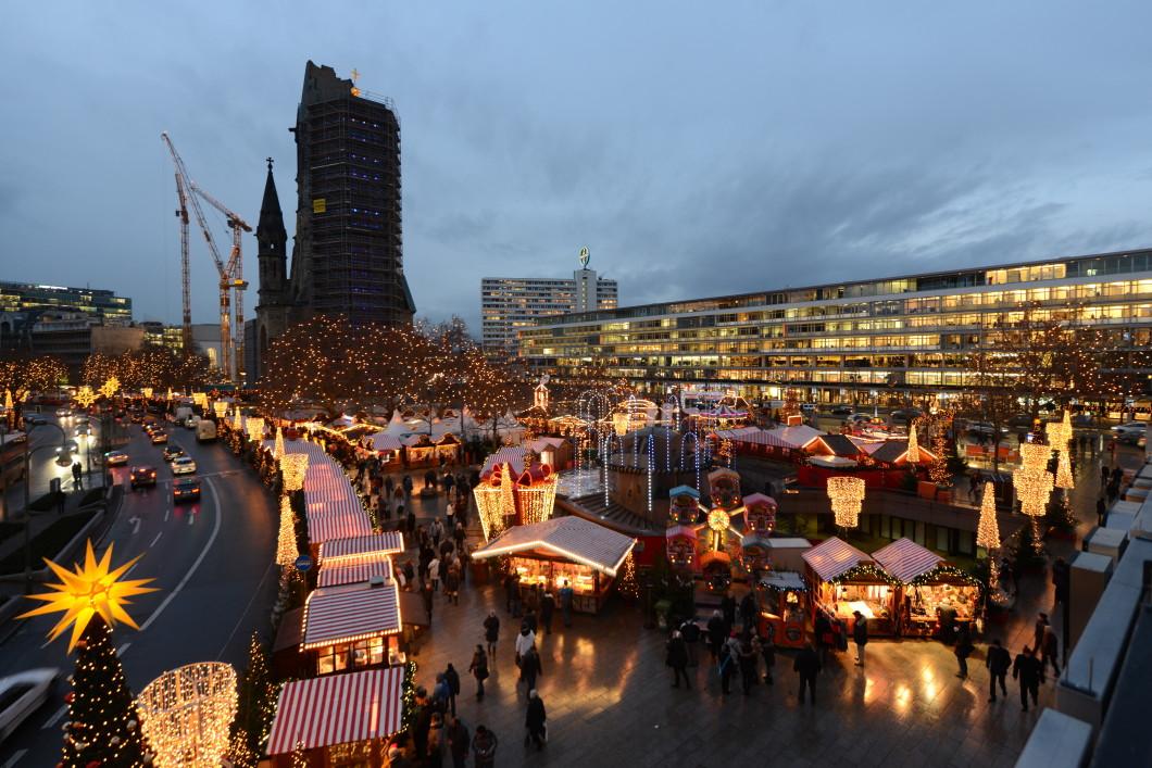 alles schall und rauch lkw rast in berlin in weihnachtsmarkt. Black Bedroom Furniture Sets. Home Design Ideas