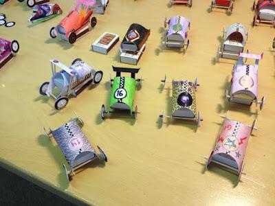Käsin tehtyjä pienoismalliautoja