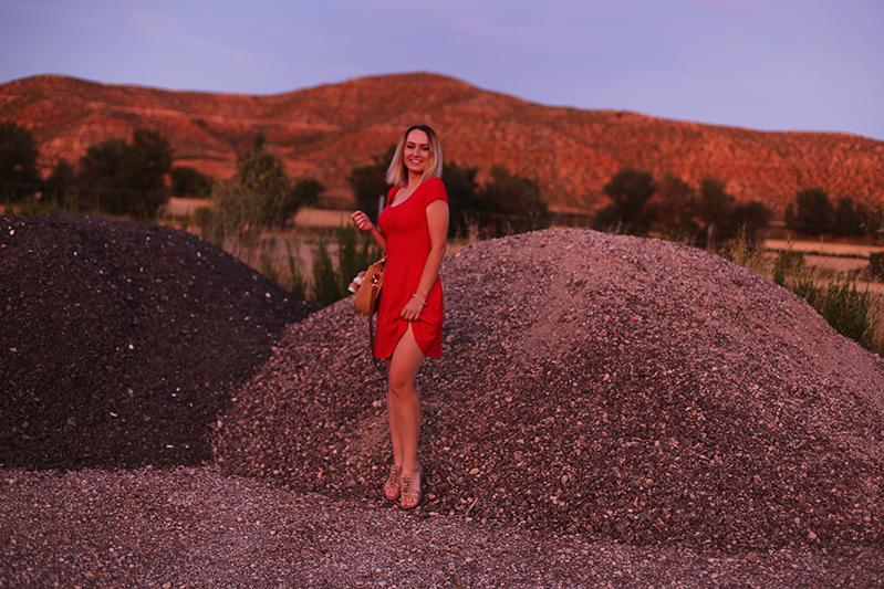 Wakacyjna stylizacja z czerwoną sukienką