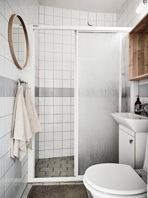białe kafelki w łazience, mała łazienka IKEA