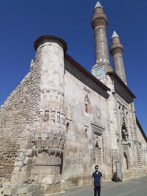 Harun İstenci Sivas'ta Çifte Minareli Medrese (Cüveyni Dar-ül Hadisi) arka cephesinde...