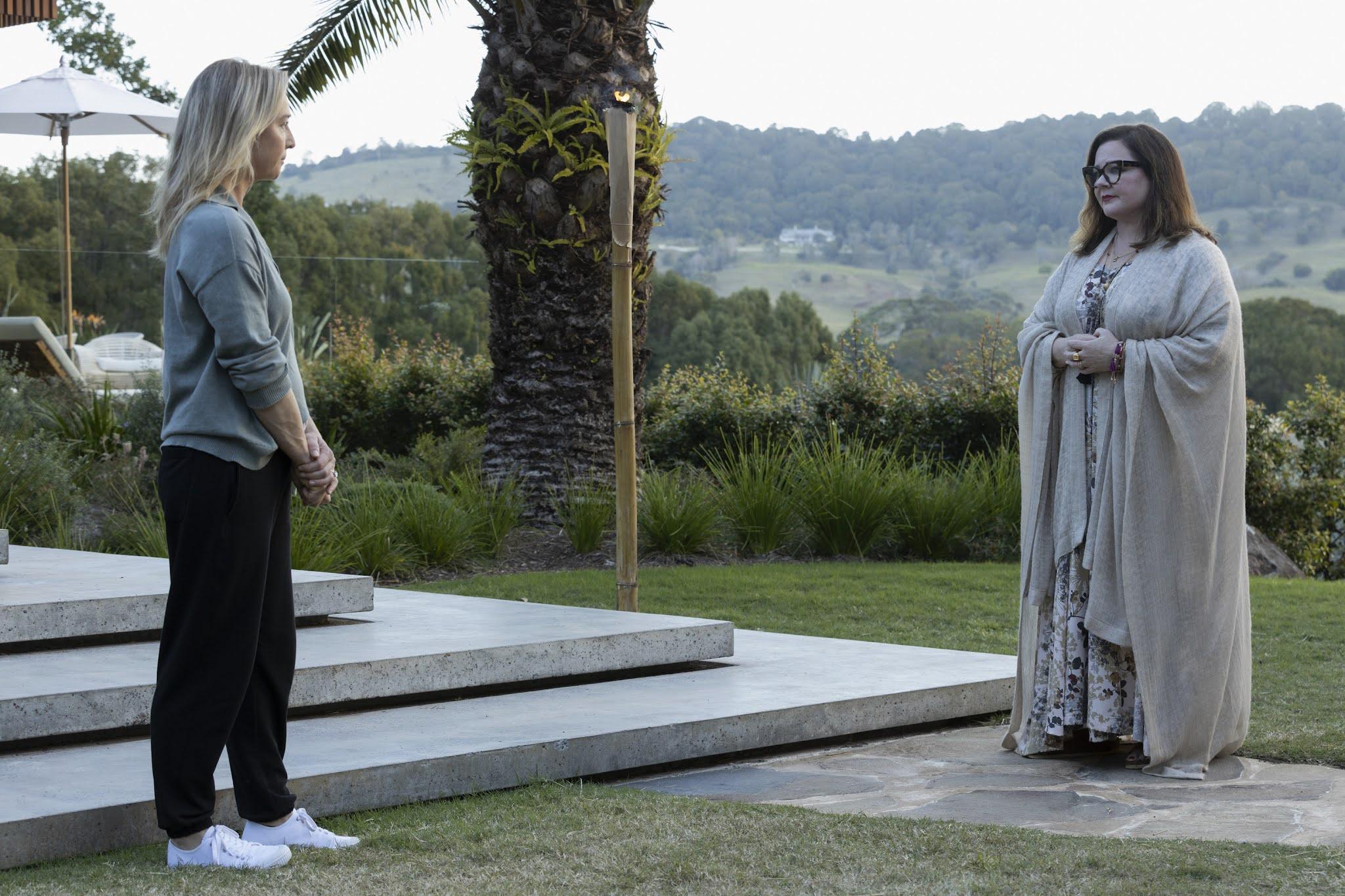 Melissa Mccarthy y Asher Keddie en una escena de 'Nine Perfecta Strangers', la nueva miniserie de David E. Kelley para Amazon Prime Video