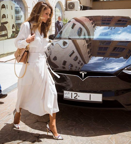 Queen Rania visited the Arabic-language digital encyclopedia office, Style of Queen Rania fashion and wore dress