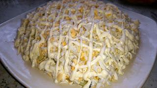готовый салат с селедкой и огурцом