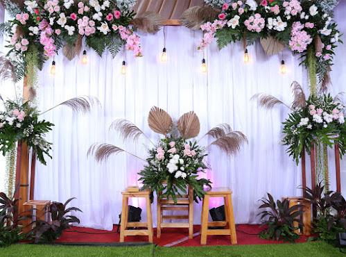 Backdrop akad nikah dan lamaran dengan bunga asli