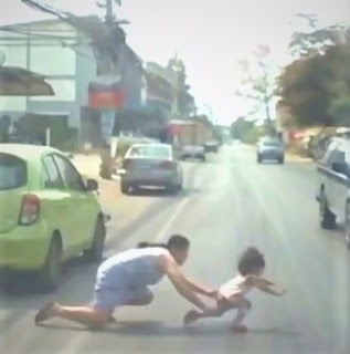 VÍDEO: Mãe se joga em estrada para salvar sua filha, assista