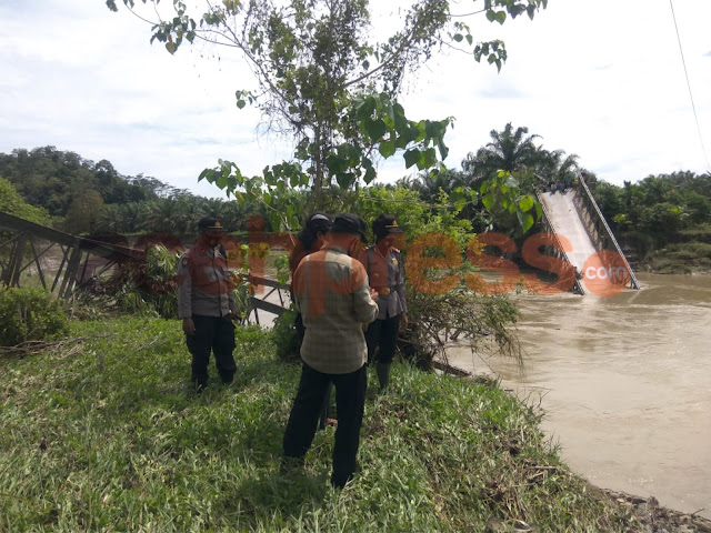Personel Polisi dan Muspika Gereudong Pase Tinjau Jembatan Putus di Gampong Bare Blang