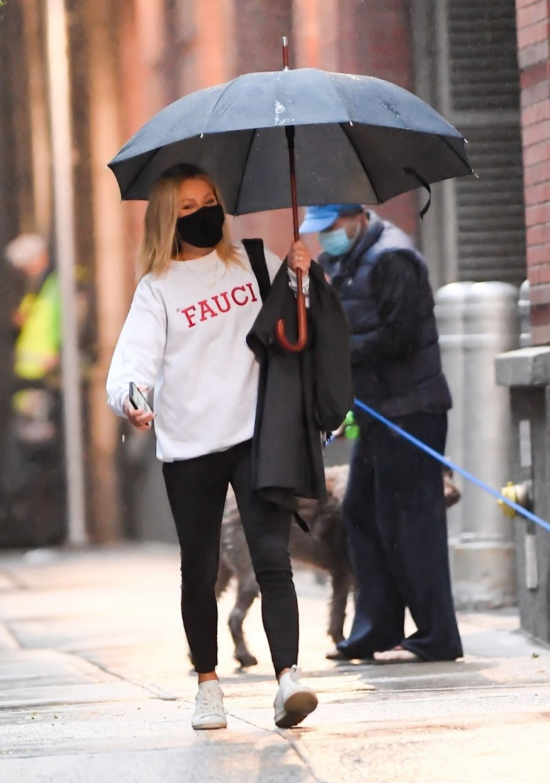 Kelly Ripa Clicked Outside in New York 29 Oct -2020