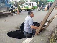 Pernyataan Sombong Anies 'Jakarta Tak Longsor', Langsung Dijawab dengan Amblasnya Jalan