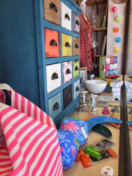 Mueble azul cajones colores. Bolsa y cojín playa