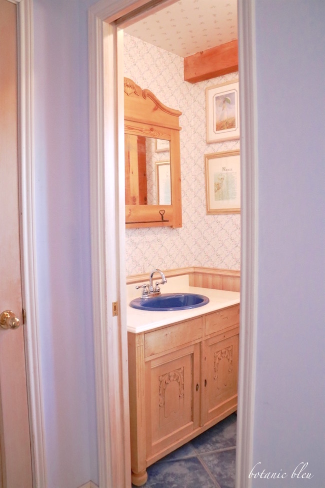 american-country-antique-washstand-in-half-bath