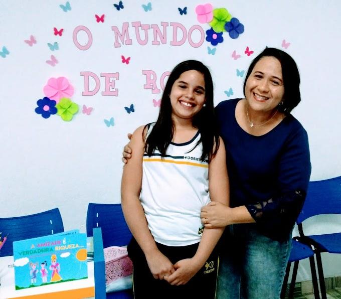 Escritora Nildinha Freitas prestigia lançamento do Livro a Amizade é a verdadeira riqueza.