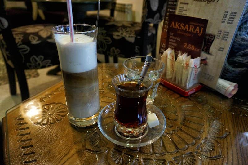 jedzenie w Bośni, jedzenie na Bałkanach, podróż do Bośni, podróż na Bałkany, restauracja w Bośni, herbata po turecku