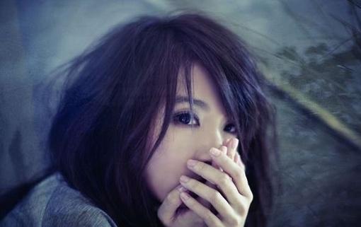 Hình nền khóc thầm vì tình yêu tan vỡ đầy tâm trạng