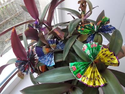 Тематическое занятие Бабочки - подборка различных заданий, в том числе творческого, такого как сделать бабочку из фантиков.