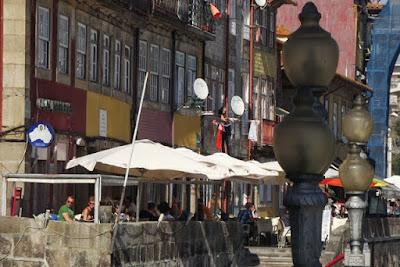 turistas nas mesinhas dos restaurantes na Ribeira do Porto