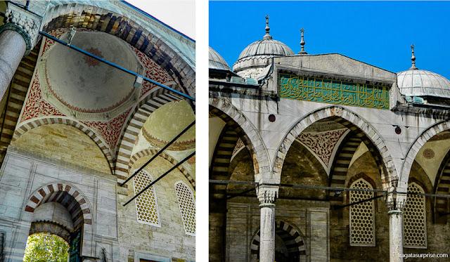 Detalhes decorativos do pátio da Mesquita Azul, em Istambul