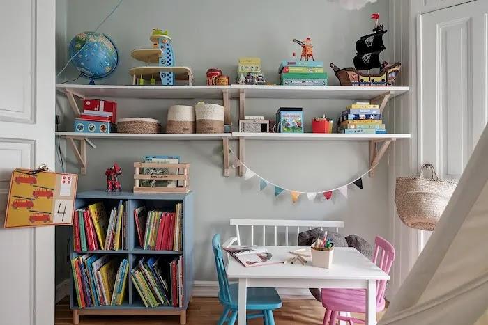Dormitorio infantil con estanterías voladas