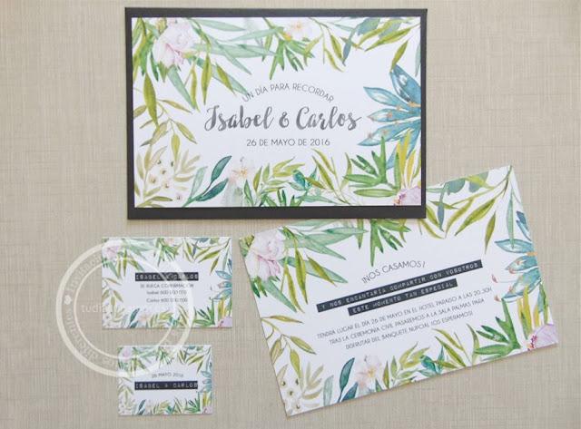 Bonita invitación moderna y diferente de estilo tropical con hojas de palmera