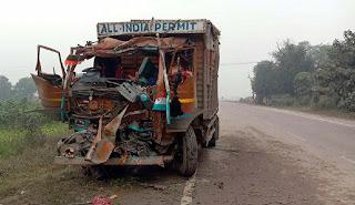 Jaunpur  दो ट्रकों की भिड़ंत में चालक-खलासी गम्भीर रूप से घायल