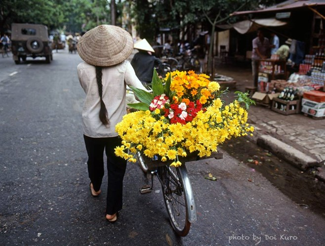 Streets of Vietnam are so familiar with ladies selling the flowers
