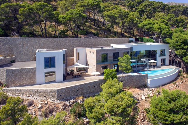 Modern mansion on the cliffs of Mallorca
