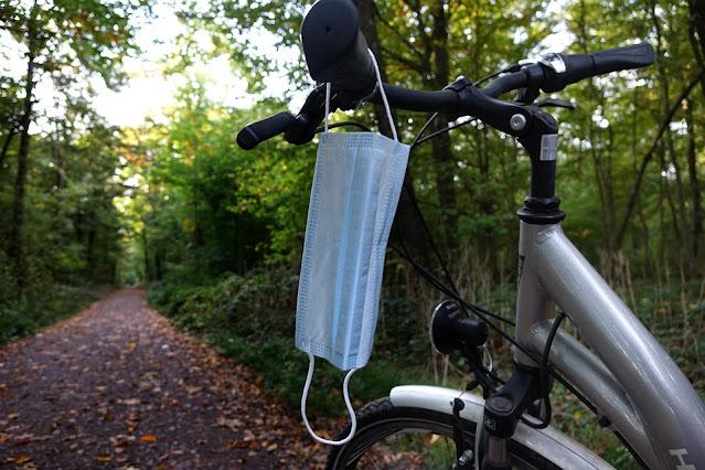 Bicicleta com máscara no guidão