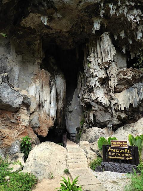 Entrada de la Diamond Cave, por cuya entrada pasa el camino de la jungla que viene desde Tonsai