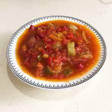 Rus mutfağından Leço. Leço tarifi.   Gerekli olan erzaklar. 3 kilo domates  2 kg kırmızı biber  1 kg yeşil biber  4 acı biber  1/2 kg soğan  1/2 kg havuç  250 ml sıvı yağ  5-6 defne yaprağı  10-15 adet karabiber  2 y / k tuz  4 y/k pudra şekeri  3 y / k üzüm sirkesi    Nasıl pişirilir?   Öncelikle tüm malzemeleri yıkayıp temizliyoruz.  İlk soğanları doğrayın. Tüm soğanları uzun bir şekilde doğrayın.   Daha sonra bu soğanları bir tencereye dökün, 250 ml sıvı yağ ekleyin ve bir süre pişirin. Soğanı kızartmamaya dikkat edin.  Havuçları da aynı şekilde doğrayın. Soğanı yaklaşık 10 dakika pişirdikten sonra havuçları buraya ekleyin. Havuçları soğanlarla birlikte yaklaşık 10-15 dakika pişirin.    Bu süre  doğranmış domatesleri ve acı biberleri kıyma makinesinden çıkarın ve bir kenara koyun. Daha sonra biberleri çok ince olmayacak şekilde uzunlamasına doğrayın.  Havuçlar yaklaşık 10-15 dakika piştikten sonra domatesleri ilave edip tekrar 10-15 dakika pişirin. Ardından karabiber, tuz, karabiber, pudra şekeri ve defne yaprağını ekleyip 2 saat pişirin.  Pişmeye yakın olduğunda üzüm sirkesini ekleyin ve fırını kapatarak yaklaşık 15 dakika pişirin.  Hazır Lecho'larımızı sıcak kavanozlarda topluyoruz.    Afiyet olsun! :)