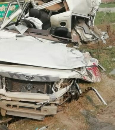 कुशीनगर : ट्रक व बोलेरो मे भीषण टक्कर चार की हालत गंभीर
