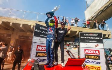 João Rosate recebe o troféu de campeão da Race Of Champions 2018 (Luciano Santos/SiGCom)