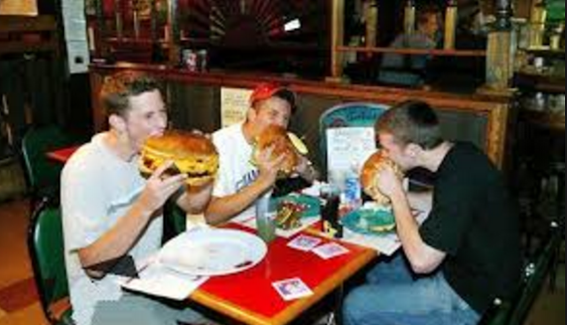 هناك أشخاص  يأكلون ولا يسمنون أبدا مهما أكلوا ولا يزيد وزنهم .. وهذا هو السبب!  هل انت منهم ؟