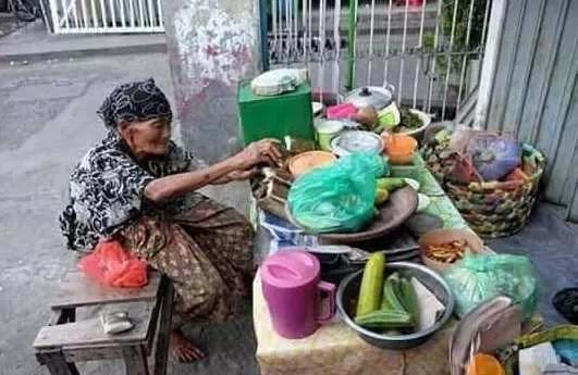 Mbah Niah Penjual Rujak Cingur yang Berusia 80 Tahun