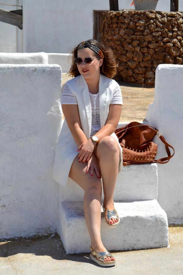 look_verano_chaleco_blanco_sandalias_doradas_lolalolailo_07