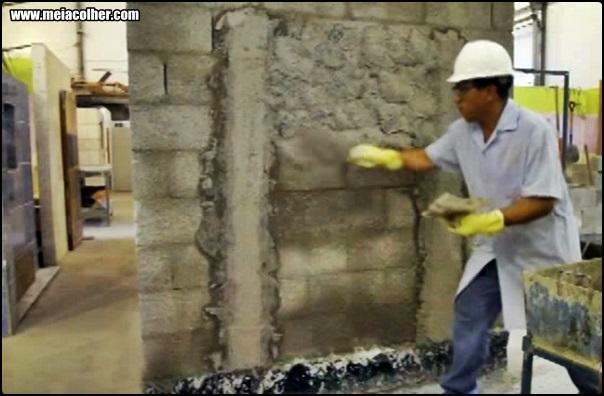 pedreiro chapando massa na parede