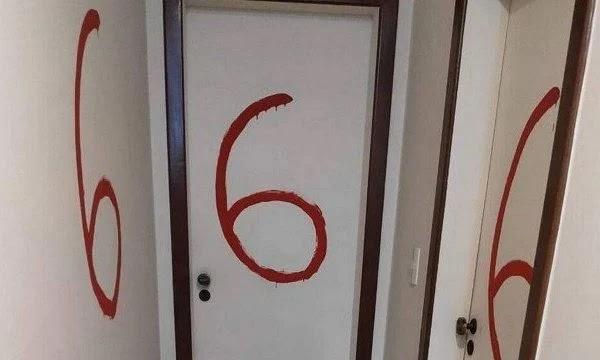 Jovem mata os pais e desenha crucifixo invertido e 666 nas paredes