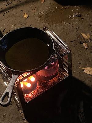 ミニかまどで熱されるスキレット