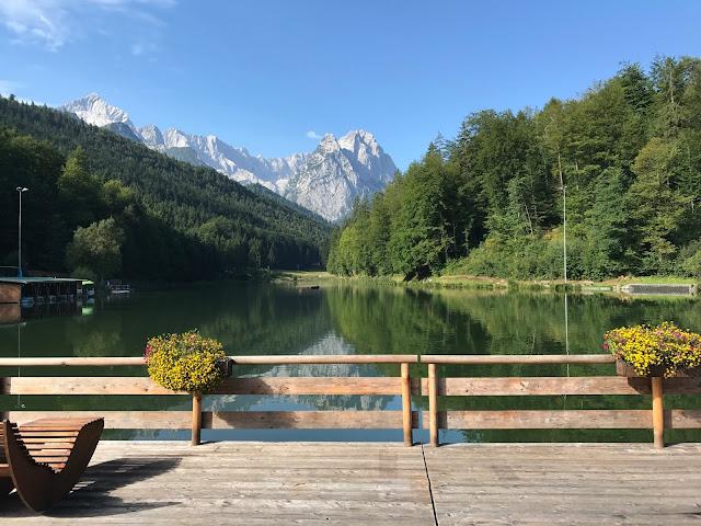 Flossterrasse Riessersee, Happy colors summer wedding lake-side in the Bavarian mountains, fröhliche Sommerfarbenhochzeit am Riessersee in Garmisch-Partenkirchen, Bayern