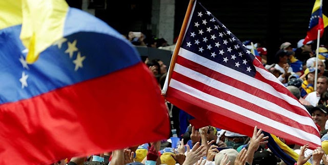 Hoy se cumple exactamente un mes desde que el entonces presidente, Donald Trump, que dejó la Casa Blanca el 20 de enero.  Emitió una orden ejecutiva o decreto que concede a los venezolanos indocumentados un amparo frente a las deportaciones por 18 meses.  Sin embargo, no hay todavía una «instrucción» para ese DED (Deffered Enforced Departure) y «no sabemos cómo va a funcionar», aseguró Helene Villalonga, dirigente de UVO y de la Asociación Multicultural de Activistas, Voz y Expresión (AMEVEX).  Tampoco se sabe qué va a pasar con la promesa electoral del presidente Biden de conceder un Estatuto de Protección Temporal (TPS) a los venezolanos en sus primeros 100 días en el Gobierno.  «Estamos supremamente preocupados», porque la situación en Venezuela «cada vez se agrava más», dijo Villalonga.  Otros participantes de UVO en la rueda de prensa también mostraron su preocupación, pidieron «claridad». Además, alguno deslizó la palabra «discriminación».  Villalonga indicó que no quieren «politizar» un reclamo que se remonta a hace años y ha dado lugar a iniciativas de todo tipo. Incluidas propuestas de ley aprobadas en el Congreso.  Iniciativas más recientes para los venezolanos En la carta dirigida al secretario de Estado, Antony Blinken, y al secretario de Seguridad Nacional, Alejandro Mayorkas. UVO repasa las iniciativas más recientes y también hace una solicitud.  «Con el debido respeto, en nombre de los refugiados venezolanos que viven la pesadilla de un exilio. Solicitamos humildemente que se otorgue un estatus de protección temporal a los ciudadanos venezolanos que viven en los Estados Unidos», señala la carta.  También solicita «tener la oportunidad de discutir posibles vías para resolver esta situación» y «encontrar formas en las que podamos trabajar juntos para avanzar».  En la rueda de prensa se agradeció a la Administración Biden que haya comenzado a desmontar el programa MPP. Instaurado por Donald Trump para enviar a México a más de 60.000 solicitantes de asilo